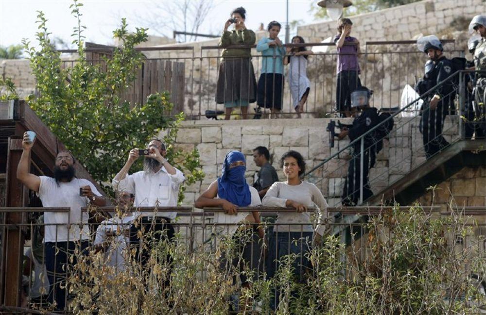 صورة مستوطنون يُصادرون عشرات الدونمات الزراعية جنوب نابلس